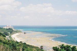 【南城市】壮大な景色の知念岬とローカルな新原ビーチ